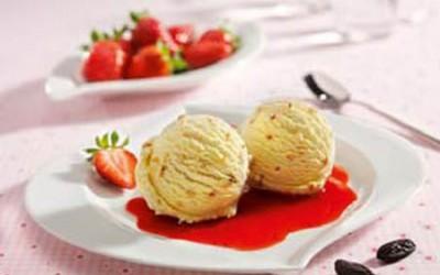 Tonkabohnen-Eis auf Erdbeerspiegel