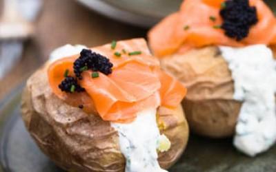 Grillkartoffeln mit Kräuter-Crème-fraîche, Lachs und Kaviar