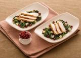Gebratenes Hähnchenbrustfilet auf lauwarmen Spinat mit SAINT AGUR