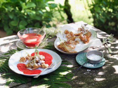 Gebackene Holunderblüten mit Erdbeersauce