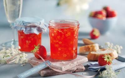 Erdbeer-Sekt-Gelee mit Holunderblüten