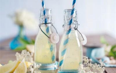 Erfrischendes Holunderwasser