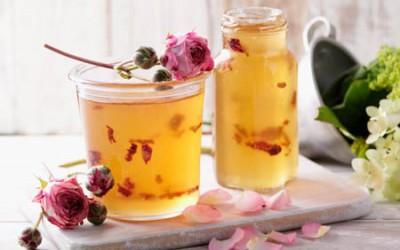 Leichtes Apfel-Traubengelee mit Rosenblättern