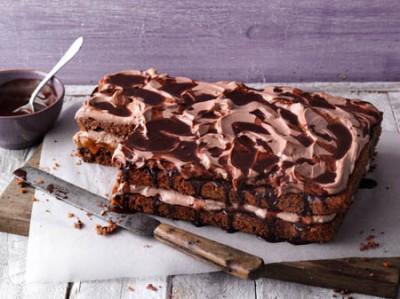 Kakao-Karamell-Kuchen mit Mandeln