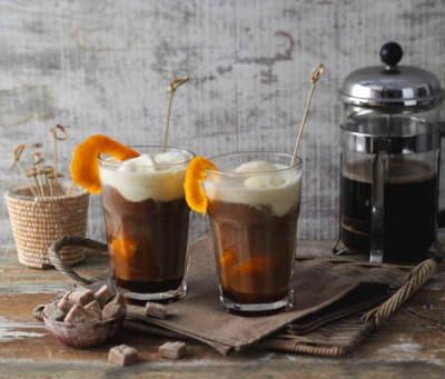 Orangen-Eiskaffee mit Rohrzuckerwürfeln
