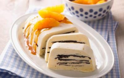Marzipan-Eis mit Sanddornsoße