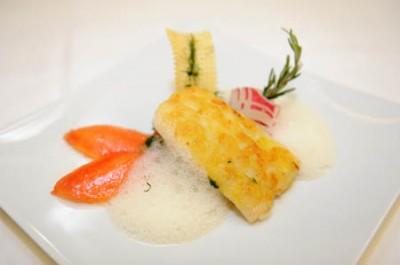 Steinbuttfilet mit Kartoffelschuppen auf Blattspinat und Champagnerschaum