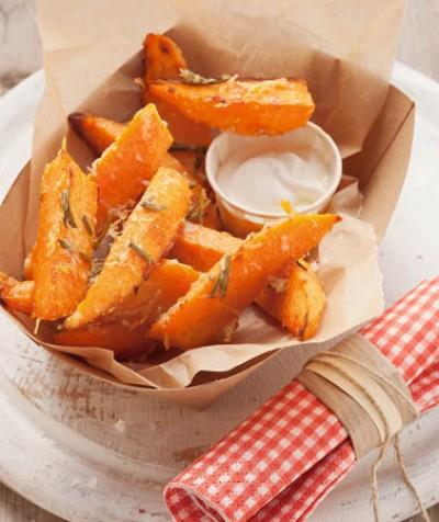 Süßkartoffel-Spalten mit Parmesan