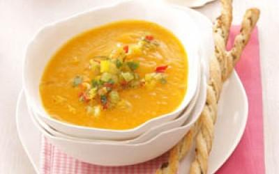 Kürbiscremesuppe mit Gemüsegremolata und Blätterteigstangen