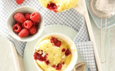 Tassenkuchen mit Joghurt und Himbeeren