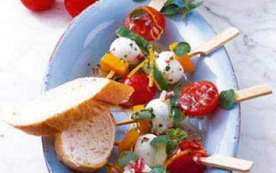 Basilikum-Mozzarella-Spießchen in würziger Marinade