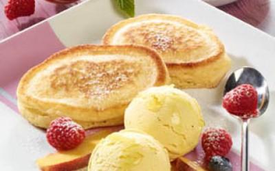 Pancakes mit Vanilleeis und Manuka-Honig