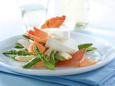Spargelparfait mit Parmaschinkenchips auf Spargel-Melonen-Salat