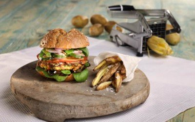 Veggie-Burger mit Kartoffelspalten